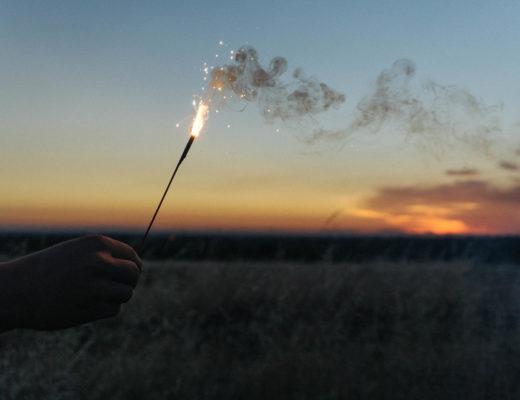 Dodatek do tekstu Czy cofnąłbyś czas, by dać komuś szczęście? Przedstawia zachód słońca i odpalone fajerwerki.