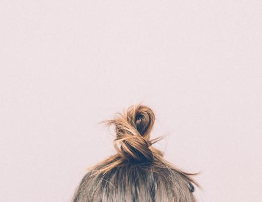 Dodatek do tekstu o tym, jak uniknąć kłótni o pierdoły. Przedstawia jedynie włosy spięte w kok na czubku głowy pewnej blondynki. Tło jest różowe.