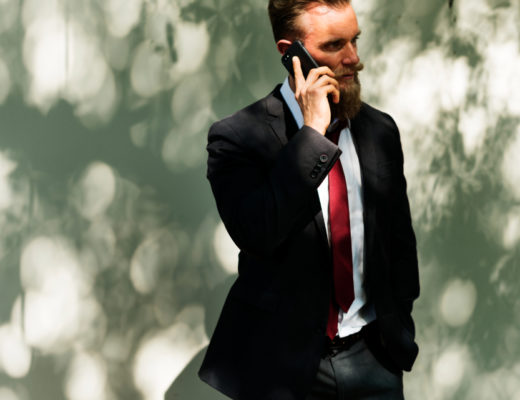 Dodatek do tekstu o tym, jak Jak NIE zapraszać dziewczyny do filharmonii. Przedstawia mężczyznę ubranego w garnitur i z uśmiechem rozmawiającego przez telefon. Wygląda jak biznesmen.