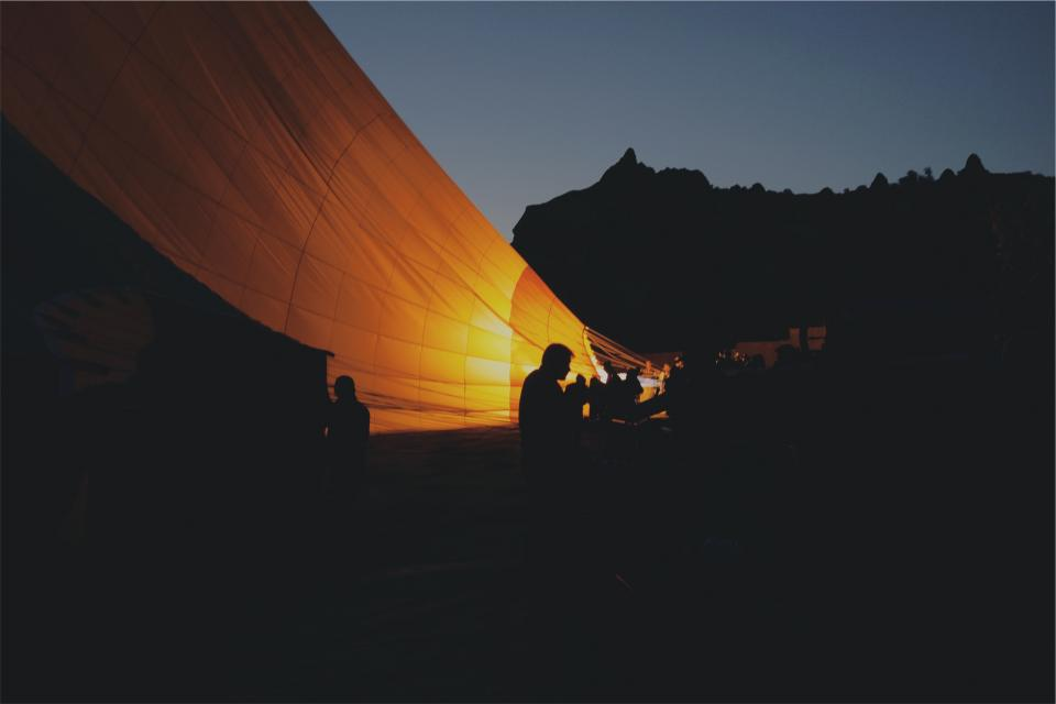 Dodatek do tekstu Wystarczy jedno zdanie. Przedstawia ludzi siedzących na dworze przy świetle lampy przy balonie, do którego planują wsiąść. Wokół panuje ciemność, w tle widać las.