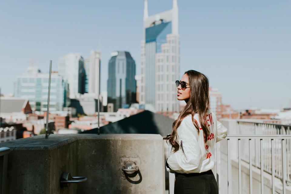 Dodatek do tekstu Kobiety, które kocha się najtrudniej . Przedstawia kobietę w wielkim mieście, w modnej kurtce i pięknych, długich włosach. Idzie w kierunku schodów, a tym samym w stronę drapaczy chmur.