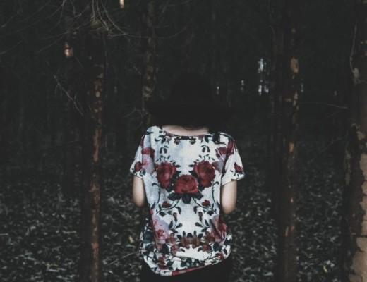 Dodatek do tekstu o tym, że Każdy z nas tak naprawdę jest sam. Przedstawia kobietę stojącą tyłem do kadru a przodem do ciemnego lasu.