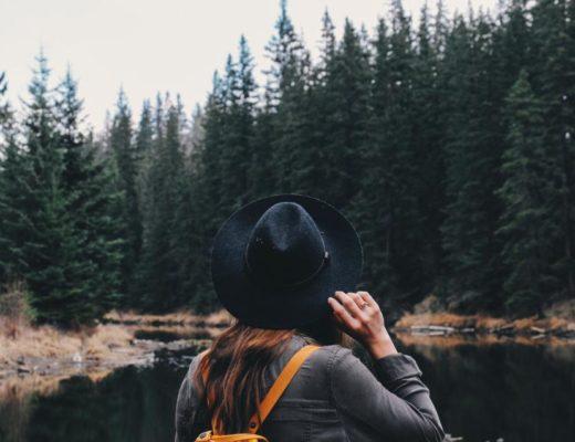Dodatek do tekstu o tym, że w istocie jesteś Mądrzejszy niż myślisz. Przedstawia dziewczynę, zaciągającą na uszy czapkę. Stoi tyłem do kadru i patrzy na las i jezioro.
